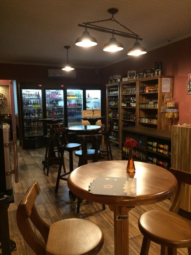 blog-vem-comigo-viagens-e-gastronomia-chapada-dos-guiamaraes-emporio-godega-cerveja-e-vinho-ambiente-foto-luiza-menezes