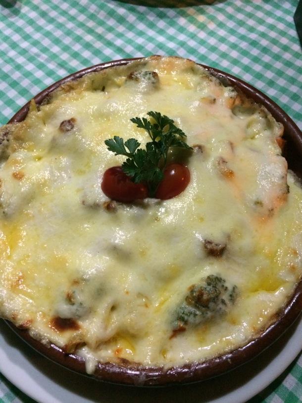 blog-vem-comigo-viagens-e-gastronomia-chapada-dos-guimarães-restaurante-pomodori-trattoria-massa-gratinada-com-bacon-e-brocolis-foto-luiza-menezes