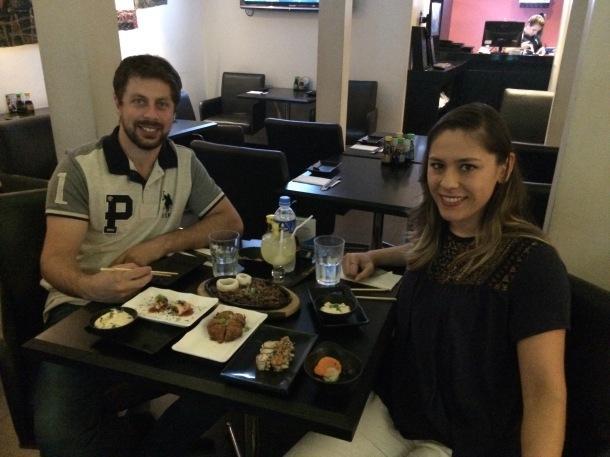 Blog-vem-comigo-viagens-e-gastronomia-luiza-menezes-porto-alegre-restaurante-hadouken-sushi-bar-foto-do-casal-registro-importante
