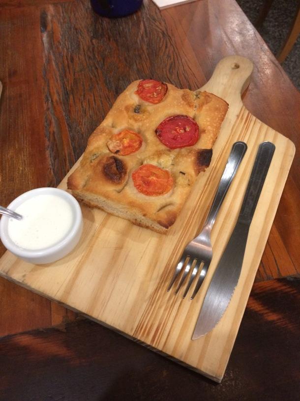Blog-vem-comigo-viagens-e-gastronomia-luiza-menezes-porto-alegre-floricultura-cafeterial-ginkgo-788-focaccia-tomates-assados-com-gorgonzola