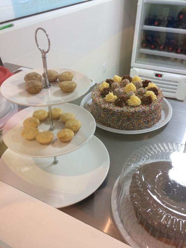 Blog-vem-comigo-viagens-e-gastronomia-luiza-menezes-porto-alegre-Barlô-doces-e-salgados-finalização-vitrine