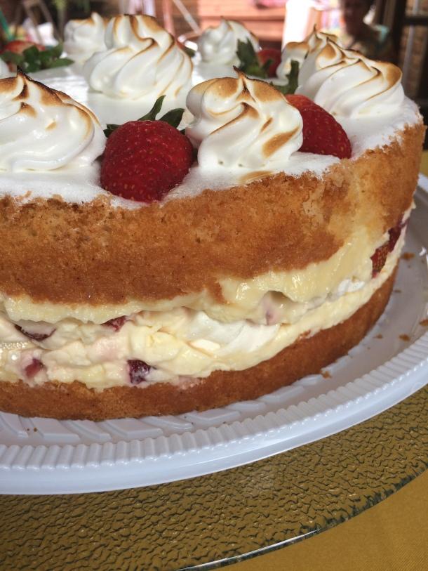 Blog-vem-comigo-viagens-e-gastronomia-luiza-menezes-porto-alegre-Barlô-doces-e-salgados-torta-de-morango-com-chantily-e-suspiros-lateral
