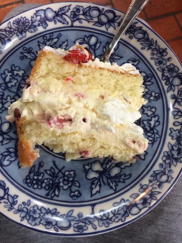 Blog-vem-comigo-viagens-e-gastronomia-luiza-menezes-porto-alegre-Barlô-doces-e-salgados-torta-de-morango-com-chantily-e-suspiros