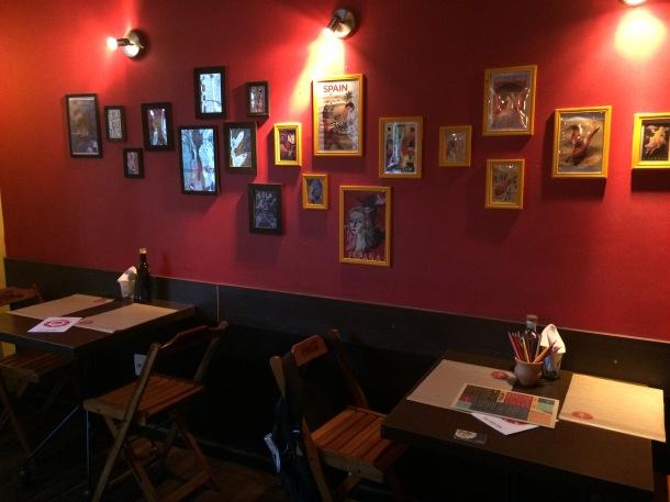Blog-vem-comigo-viagens-e-gastronomia-luiza-menezes-porto-alegre-Lola-bar-de-tapas-ambiente-parede-vermelha-com-quadros
