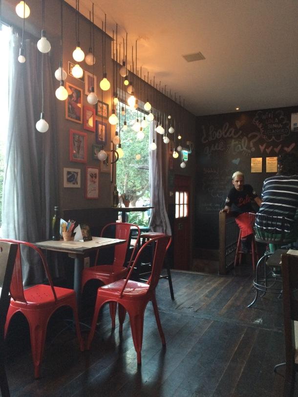 Blog-vem-comigo-viagens-e-gastronomia-luiza-menezes-porto-alegre-Lola-bar-de-tapas-ambiente-primeiro andar