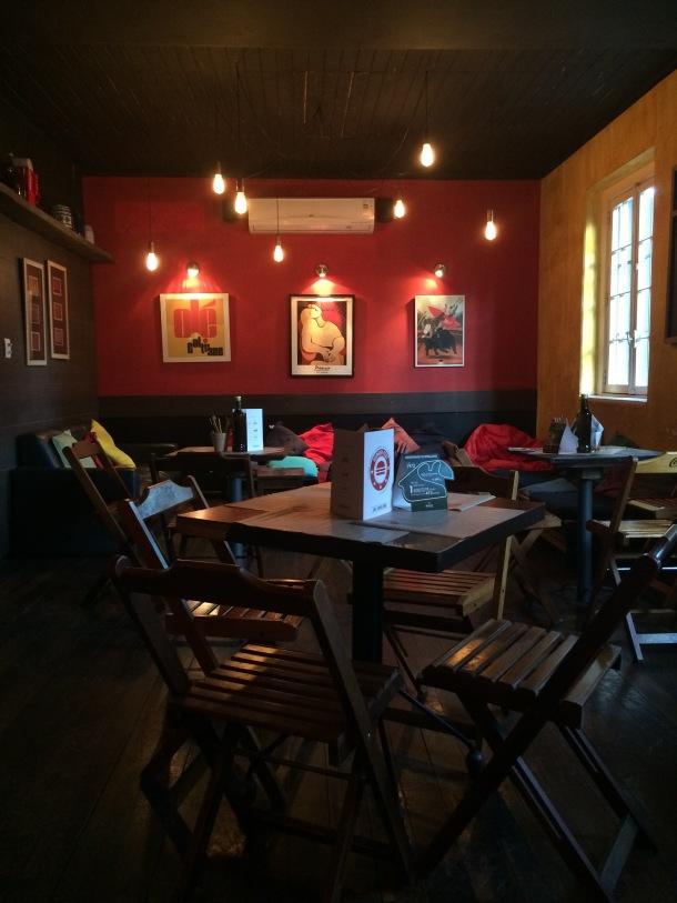 Blog-vem-comigo-viagens-e-gastronomia-luiza-menezes-porto-alegre-Lola-bar-de-tapas-parede-vermelha-segundo-andar