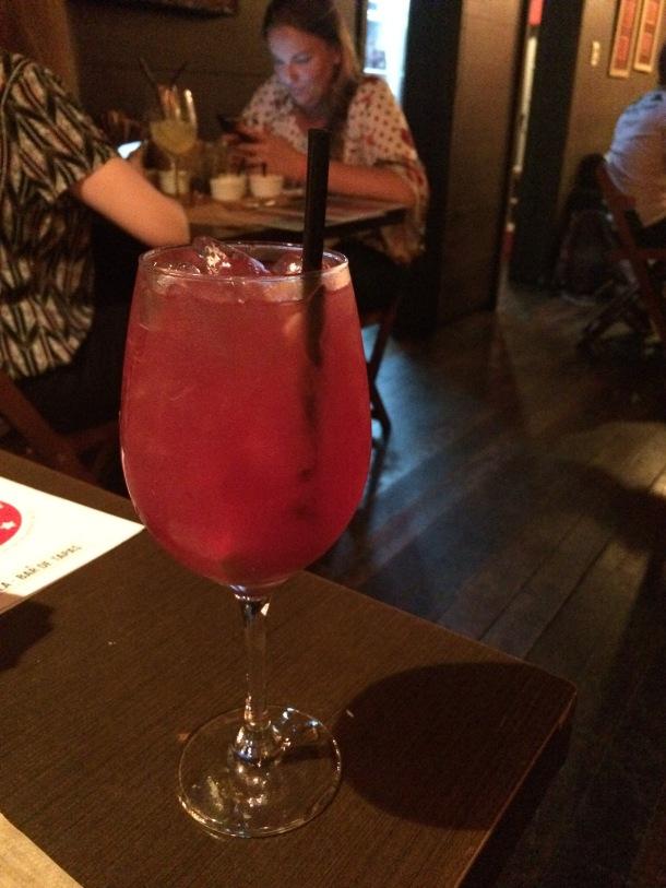 Blog-vem-comigo-viagens-e-gastronomia-luiza-menezes-porto-alegre-Lola-bar-de-tapas-sangria