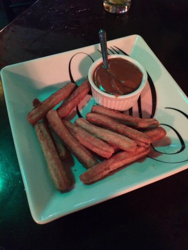 Blog-vem-comigo-viagens-e-gastronomia-luiza-menezes-porto-alegre-nacho-libre-comida-mexicana-sobremesa-churros-com-doce-de-leite