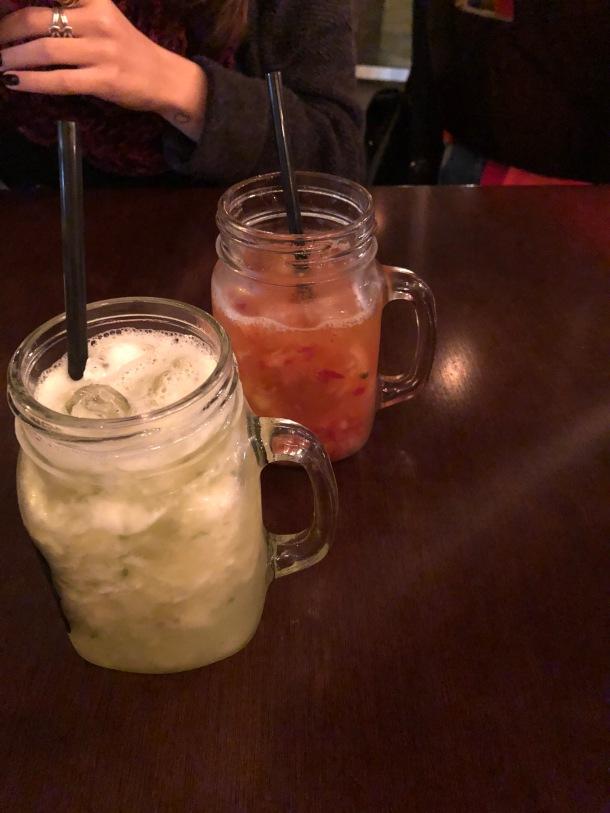 Escolhemos a Caipirissíma que é feita com Rum e os sabores dos drinks foram o Aussie, que leva abacaxi e hortelã e o Sugestão do Barman, que é com morango e maracujá