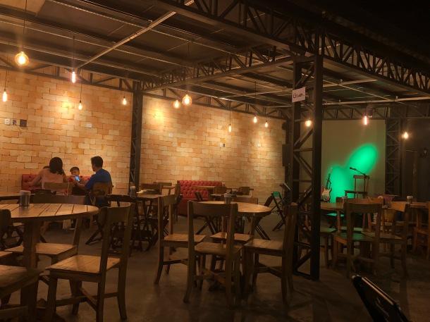 Ambiente-Rock-burger-cuyabá-melhor-hamburguer-Cuiabá-blog-vem-comigo-viagens-e-gastronomia-luiza-menezes
